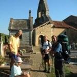 Bij het kerkje te Sensacq met Eric Josephine-en Didier